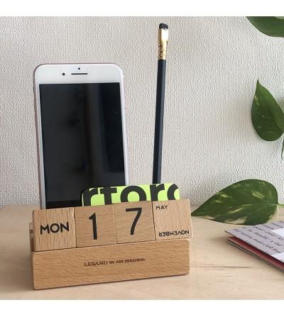 Calendario de madera y porta móvil.Legami